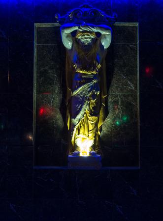 toga: Un fuerte estatua de un hombre con una toga en nocturno