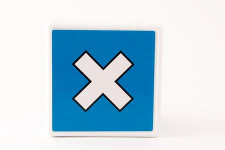 multiplicar: Un simple signo multiplican matemáticas azul y blanco en un fondo aislado