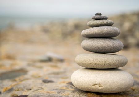 balanza: Piedras de equilibrio en un fondo de piedra �spera