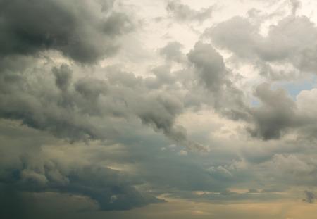weightless: Nubes plumosas Weightless se re�nen en un cielo de tormenta llena de sin tierra o gente Foto de archivo