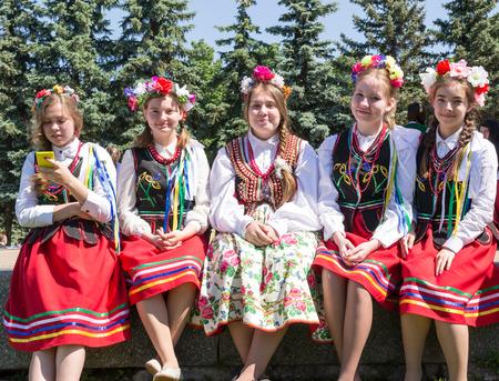 russian girls: Cinco chicas rusas en el vestido tradicional de Rusia disfrutan de d�a de Rusia vacaciones en Ufa Bashkortostan en julio de 2015