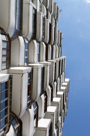 desolaci�n: Buscando en apartamentos modernos formando un patr�n abstracto arquitectura sim�trica