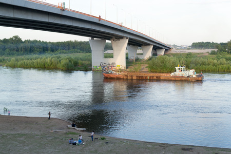 persone relax: Grande vela traghetto su un fiume come le persone si rilassano sulla riva del fiume a Ufa russo nel luglio 2015