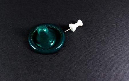 condones: pasador metálico amenaza con perforar un condón de látex de caucho y reducir la protección