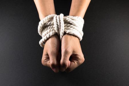 gefesselt: Weiß weibliche Hände in Fesseln mit weißen Seil gebunden