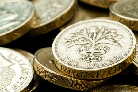 libra esterlina: El estudio macro tiró de las diferentes monedas de libra británica incluyendo la cabeza de la reina Isabel, escocesa del cardo y el texto latino sobre un fondo negro
