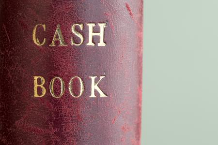 chequera: De cuero rojo con textura de oficina clásico libro de cuentas de efectivo en relieve oro letras