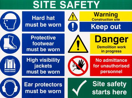 cantieri edili: Brillantemente segni colorati di avvertimento costruzione di sicurezza del sito