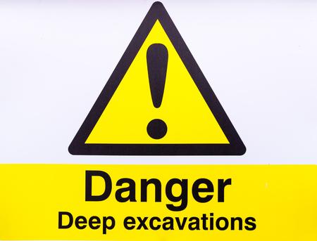 cantieri edili: scavi profondi gialli e neri calante segno