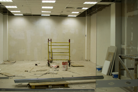 redesign: UFA, RUSSIA - NOVEMBER 13, 2015: Renovation and construction work on an empty shop unit to prepare the building interior for new shoppers in a large Russian shopping Center Editorial