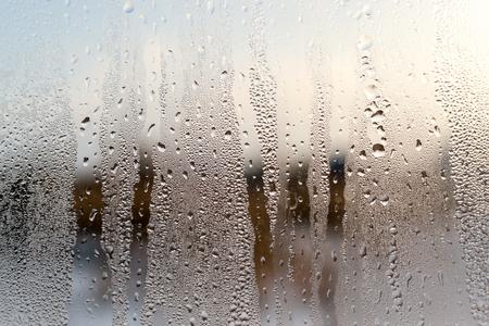 condensacion: La condensación se forma gotas de agua sobre la superficie de una ventana transparente entre la casa de cristal. textura de fondo desenfocado proporciona un color marrón. copia del espacio para la arquitectura conceptos nacionales y telones de fondo.