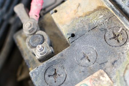 단자 및 구축 잔류의 부식 및 결함이있는 자동차 배터리 표시 침식의 근접 촬영 이미지