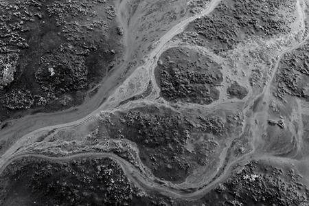 contaminacion del agua: blanco y negro blanco y negro derrame de petr�leo en el agua que crea la contaminaci�n ambiental de las fuentes de agua cercanas