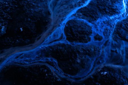 contaminacion del agua: En tonos de azul derrame de aceite en agua que crea la contaminaci�n ambiental de las fuentes de agua cercanas