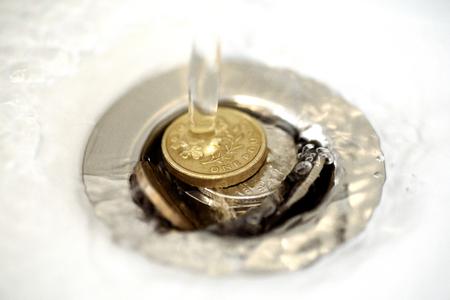 Single British Pound Coin Ruht In Einem Silbernen Plughole Mit