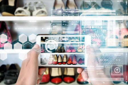Augmented Reality device using smart technology, mixing virtual and augmentation reality through the application of artificial intelligence and computer AI tech assistance for a personalised shopping experience Zdjęcie Seryjne