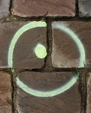 cobble: spruzzato cerchio e dot su una pavimentazione di pietra bagnato cobble semi