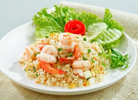 Gebakken rijst met garnalen of garnalen te proeven van geïsoleerde Aziatische gerechten Stockfoto
