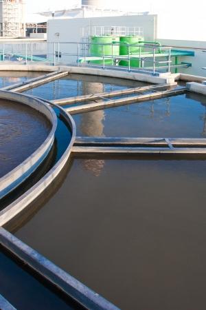 bomba de agua: El tanque de tratamiento de agua en los sistemas de tratamiento de aguas wast para limpiarlo antes de drenar en el mar Foto de archivo
