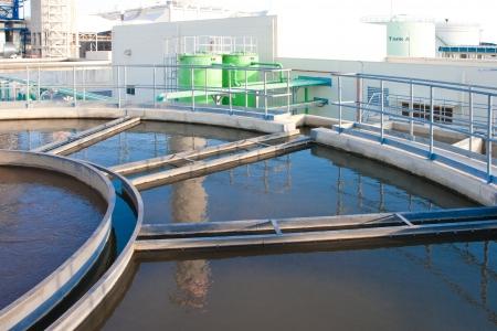 filtración: Los tanques de agua en el procesamiento de tratamiento de aguas drenadas fuiste después de la planta de energía en sistemas de enfriamiento Foto de archivo