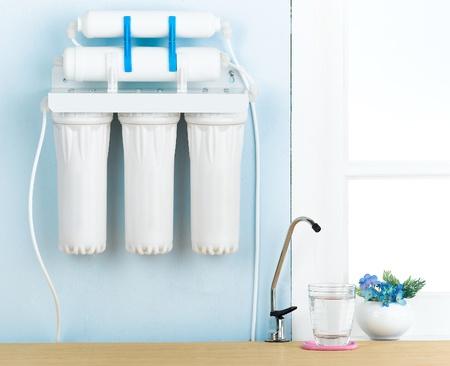 purified: Inicio del filtro de agua para purificar el agua potable Foto de archivo