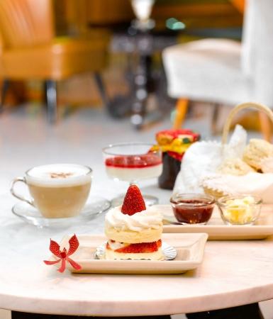 расслабляющий и отдых с клубничным тортом в магазине кофе Фото со стока