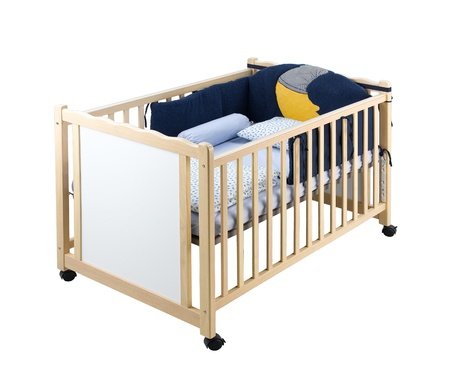 흰색 격리 된 나무 아기 침대