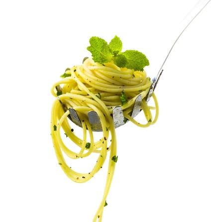 european food: Spaghetti es una de las grandes men� de comida europea sobre blanco Foto de archivo