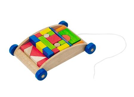 pull toy: Niza bloques de colores en el carro de transporte de madera aislada