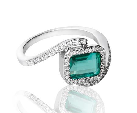 고급 에메랄드 반지 다이아몬드로 장식을 둘러싼 스톡 사진