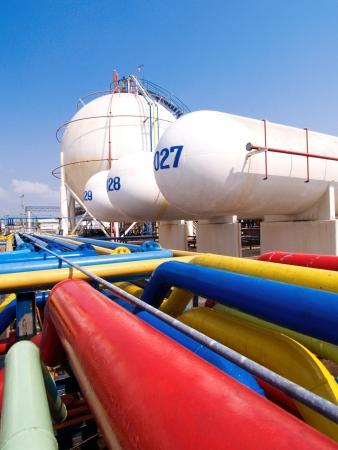 industria quimica: Las tuberías y tanques de gas del silo en el polígono industrial suspensión de energía, el transporte y para el uso doméstico
