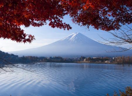 Гора Фудзи или Фудзияма достопримечательность Японии красив осенью