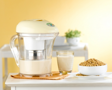 Easy and more convenience to making soy milk at home by fiber and pulp blending machine Stock Photo - 17584512