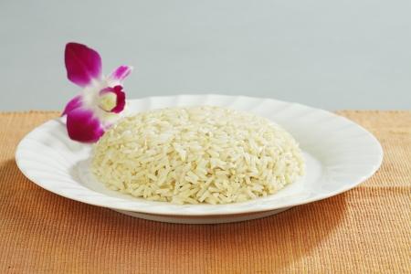 Тайский коричневый рис хорошо для вашего здоровья на блюдо