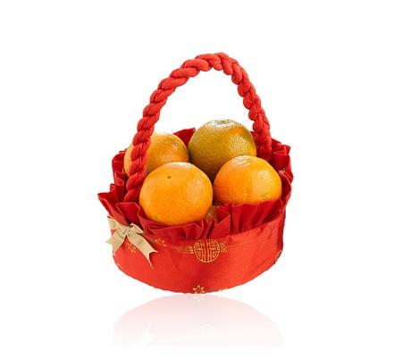 fruitmand: Sinaasappels fruitmand voor cadeau geïsoleerd op witte achtergrond Stockfoto