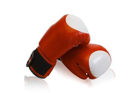 sporting goods: Guantes de boxeo de los art�culos deportivos de combate aislado en el fondo blanco