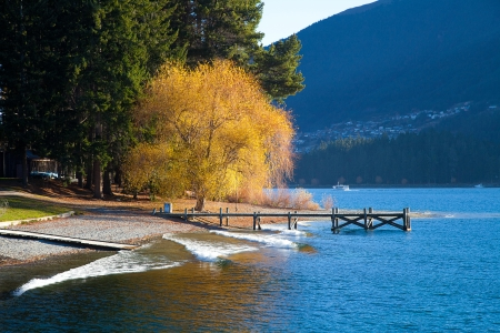 wakatipu: Beautiful day at the Wakatipu lakein early autumn Queenstown Southern island New Zealand