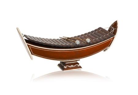 xilofono: Xil�fono de madera tailand�s alto, instrumento de m�sica cl�sica tailandesa aislado en blanco