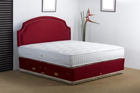 Роскошное постельное белье матрас в спальне создана атмосфера