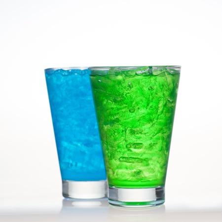 acqua di seltz: Verde e mirtillo di sapore della frutta bibite briciolo acqua soda isolato su bianco