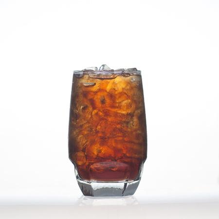 acqua di seltz: Sparkling cola bevande analcoliche briciolo selz e ghiaccio in vetro isolato su sfondo bianco Archivio Fotografico