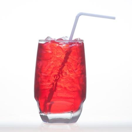 acqua di seltz: Red sapore di frutta bibite briciolo acqua soda isolato su sfondo bianco