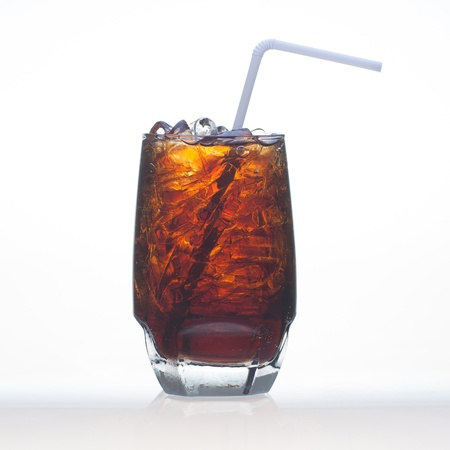 Root beer flavor soft drinks whit soda water and ice in glass isolated on white Imagens