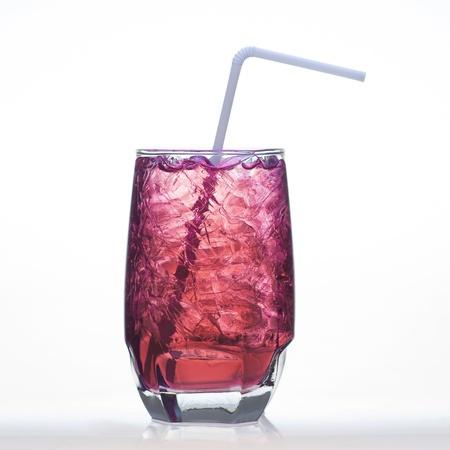 acqua di seltz: Uva sapore bibite briciolo acqua soda isolato su bianco