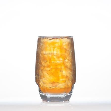 té helado: Lemon tea tailandeses bebidas a base de hierbas con hielo en el vidrio aislado en el fondo blanco