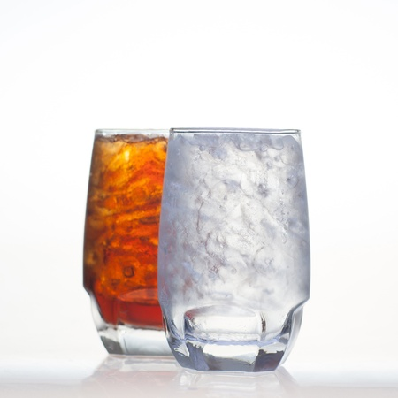 acqua di seltz: Sparkling cola bevande briciolo selz e ghiaccio in vetro isolato su sfondo bianco