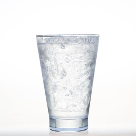 напитки ничуть sparklng соды и льда в стакан, изолированных на белом