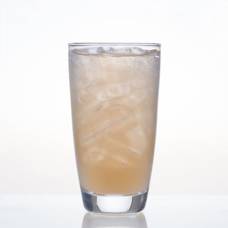 tamarindo: Jugo de tamarindo dulce y fría en vidrio aislado sobre fondo blanco Foto de archivo
