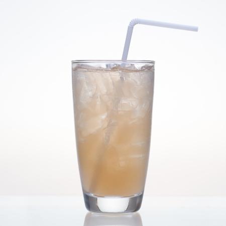 tamarindo: Tamarind bebida de frutas en vidrio aislado sobre fondo blanco