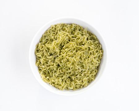 non toxic: Org�nica de los tallarines verde en un recipiente aislado en fondo blanco
